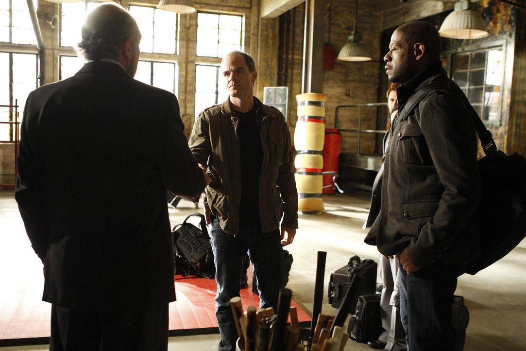 Wird das Team um Sam (Forest Whitaker, r.) und John (Michael Kelly, M.), ihren Chef Jack Fickler (Richard Schiff, l.) mit der Aufklärung ihres Fall... - Bildquelle: ABC Studios