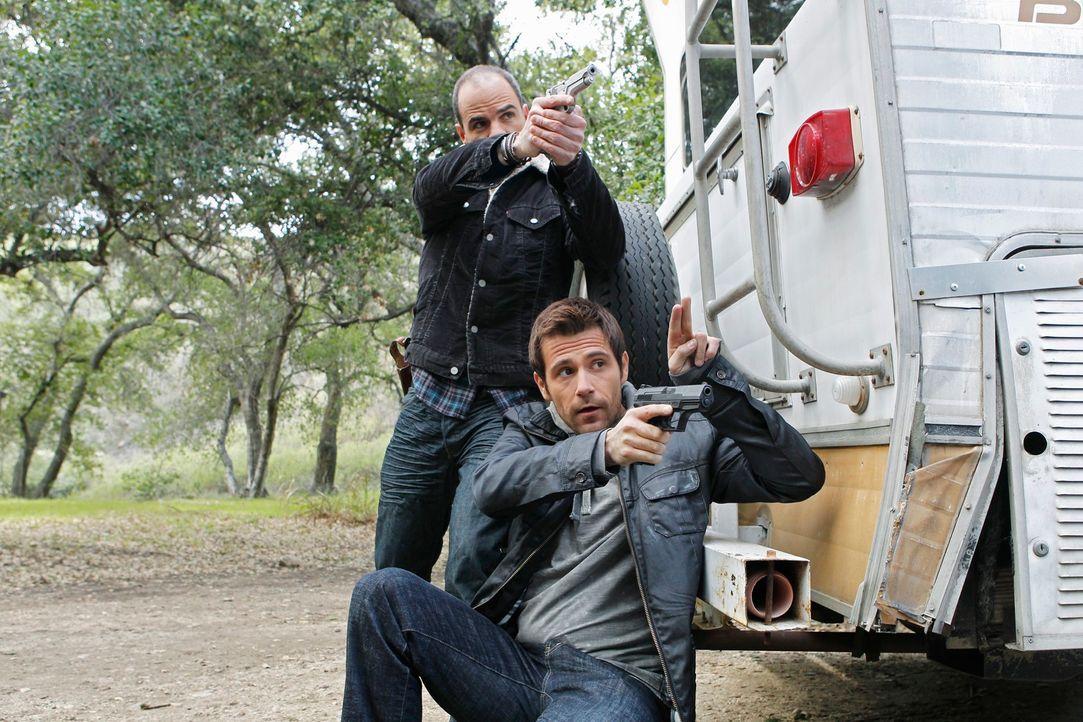 Als ein toter Mann gefunden wird, dem die rechte Gesichtshälfte in Fetzen herunter hängt, sind John (Michael Kelly, l.) und Mick (Matt Ryan, r.) gef... - Bildquelle: ABC Studios