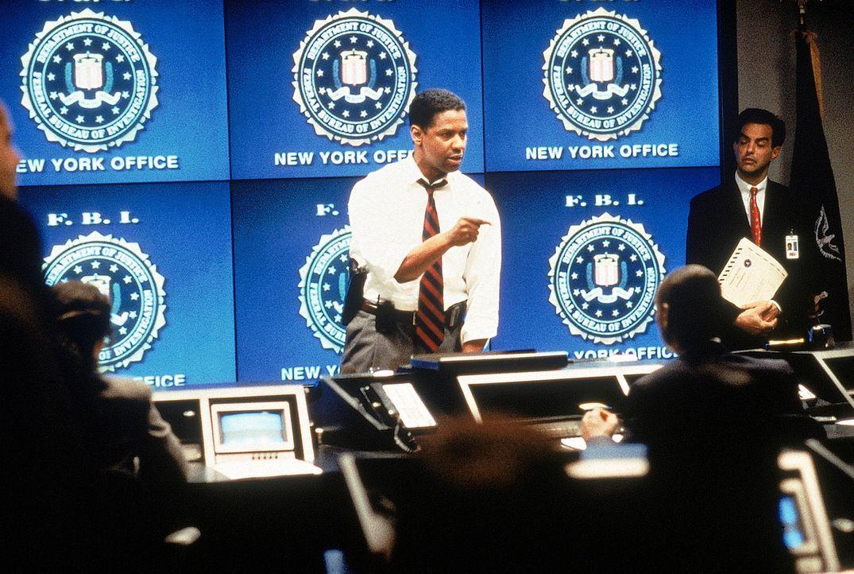 Fieberhaft sucht FBI-Agent Anthony 'Hub' Hubbard (Denzel Washington, M.) nach den Terroristen, durch die sich die Regierung beginnt selber zu schade... - Bildquelle: 20th Century Fox International Television