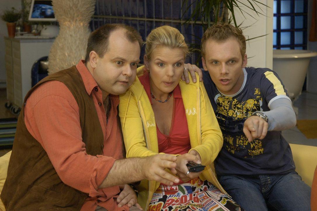 """Die """"Dreisten Drei"""" v.l.n.r.: Markus Majowski, Mirja Boes und Ralf Schmitz im Banne des Fernsehers ... - Bildquelle: Sat.1"""