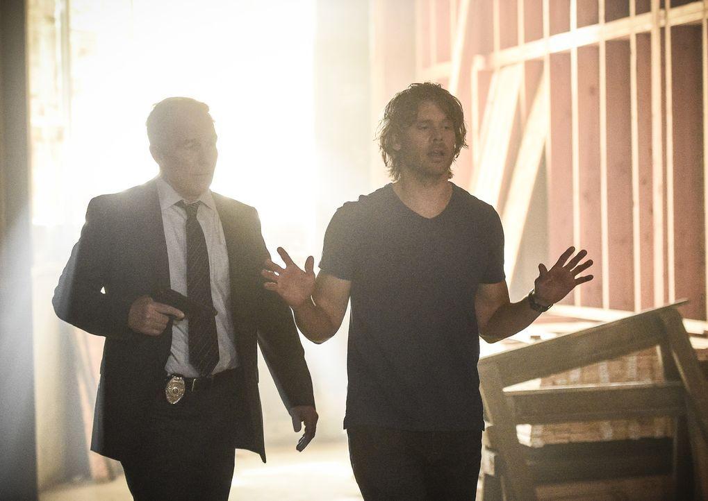 Hat sein ehemaliger LAPD-Chef Bates (Patrick St. Esprit, r.) wirklich einen Mord begangen? Deeks (Eric Christian Olsen, l.) glaubt an seine Unschuld... - Bildquelle: Ron Jaffe 2017 CBS Studios Inc. All Rights Reserved.