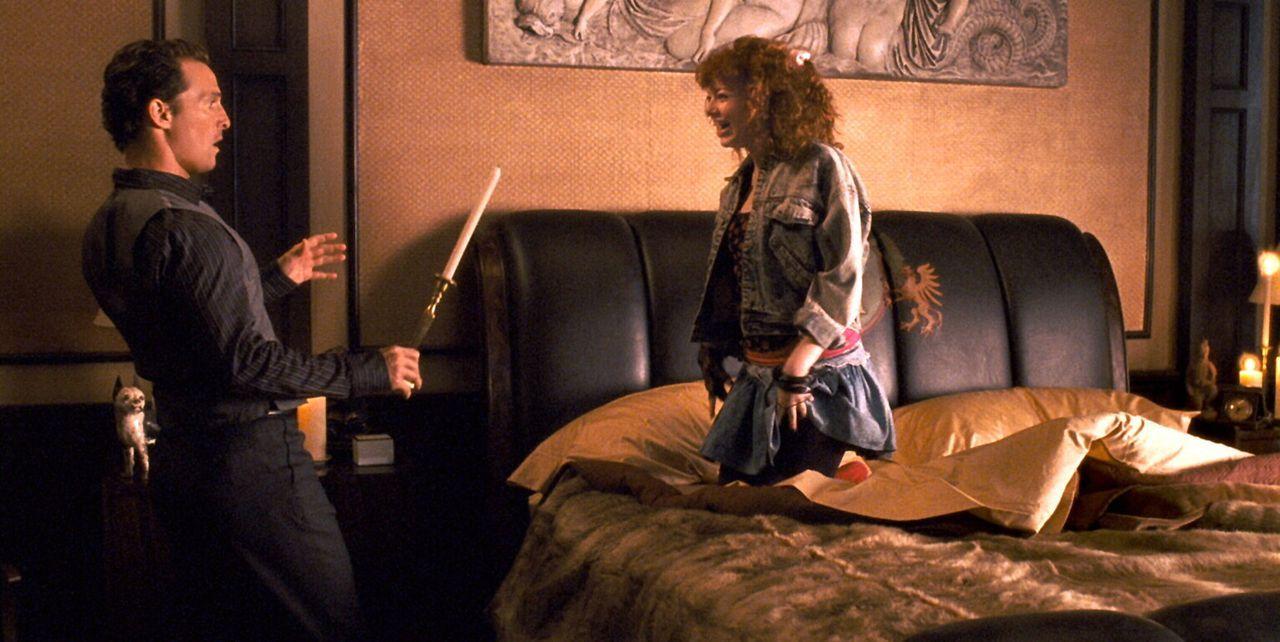 Geist und Exfreundin Allison Vandermeersch (Emma Stone, r.) bringt Conner (Matthew McConaughey, l.) zurück zu all seinen Verflossenen. Sie will gem... - Bildquelle: 2008   Warner Brothers