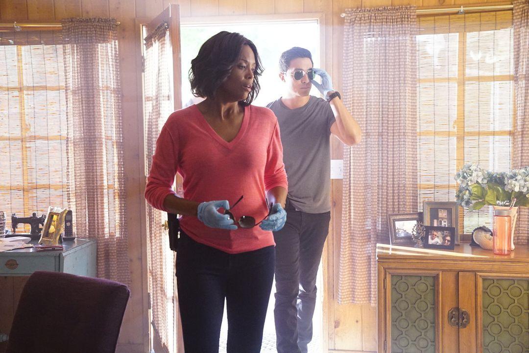 Agent Simmons (Daniel Henney.r.) und Tara (Aisha Tyler, l.) untersuchen den Tatort nach Hinweisen auf den Mörder ... - Bildquelle: Disney Media Distribution