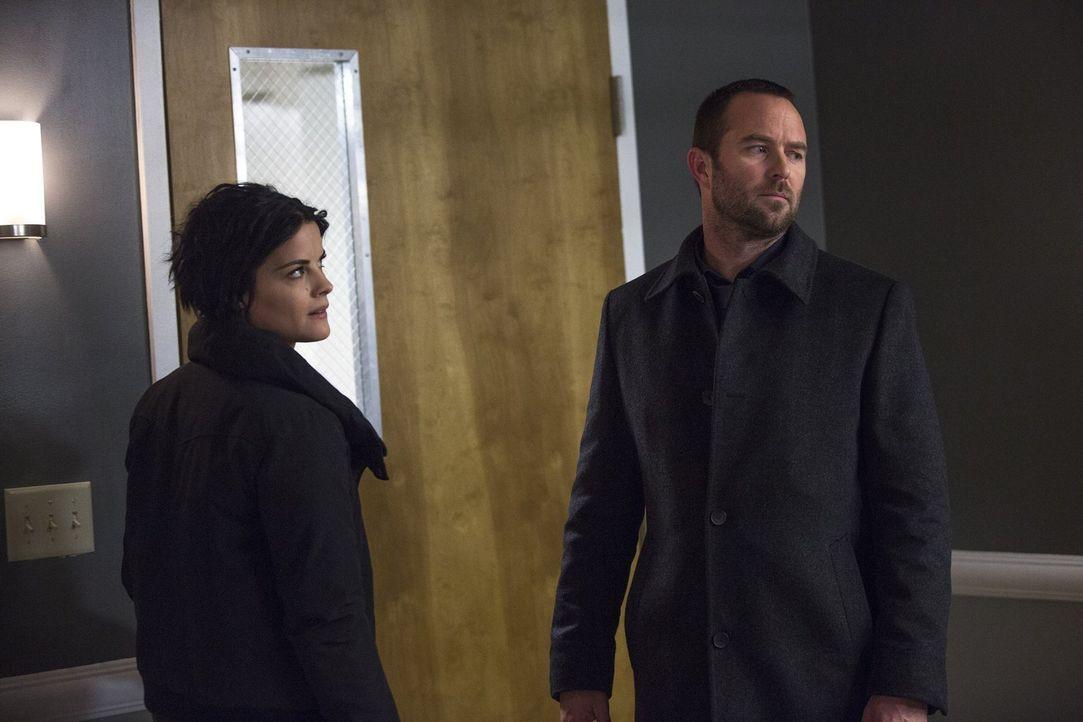 Ist es klug von Jane (Jaimie Alexander, l.), den Mord von Roman an Emma Shaw vor Weller (Sullivan Stapleton, r.) zu verheimlichen? - Bildquelle: Warner Brothers