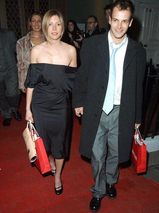 Jonny-Lee-Miller-Verlobte-Lisa-Faulkner-02-04-26-WENN - Bildquelle: WENN.com