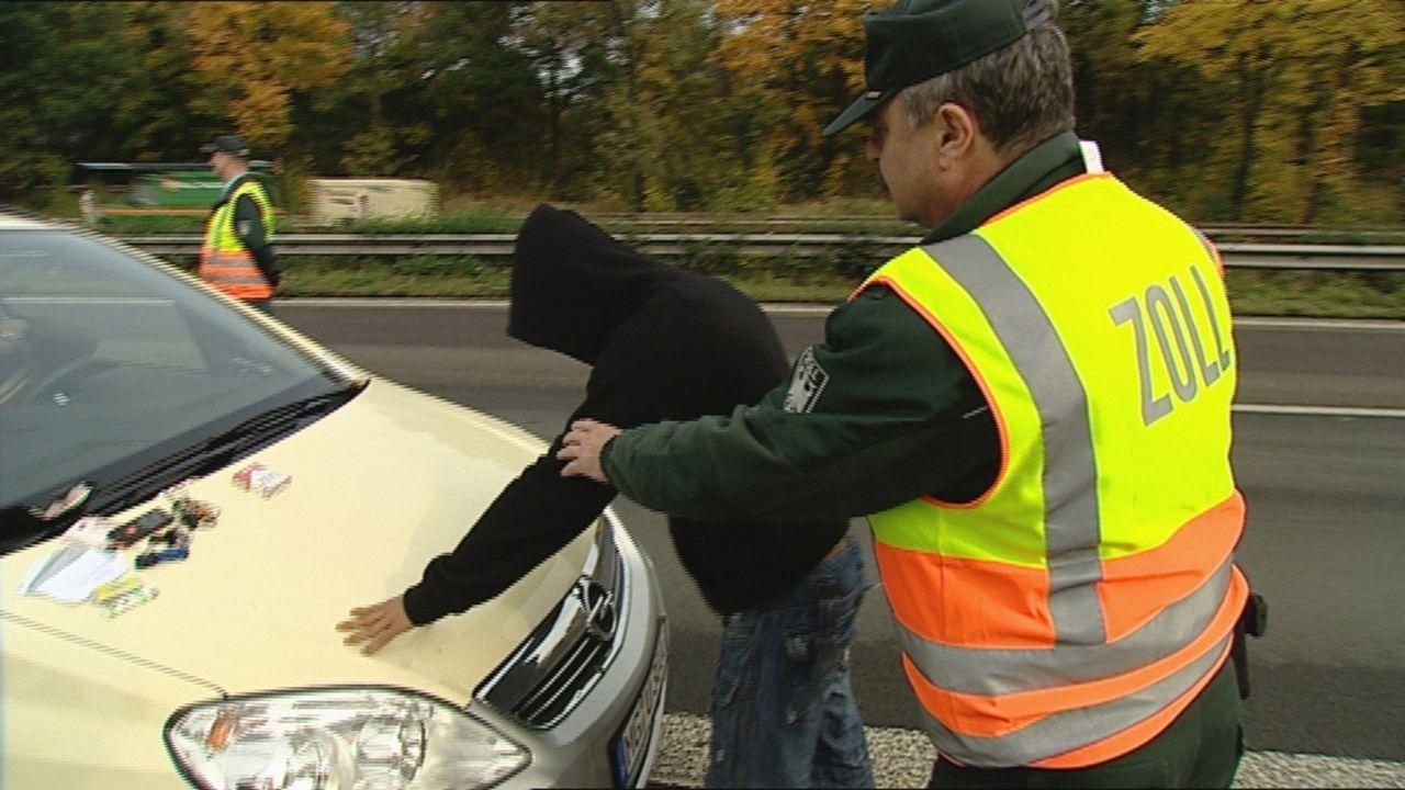 Bundesautobahn 4 bei Köln: Tausende Autos rauschen hier jeden Tag aus Richtung Holland kommend über den Asphalt. Dieses Teilstück der A4 gilt als... - Bildquelle: SAT.1