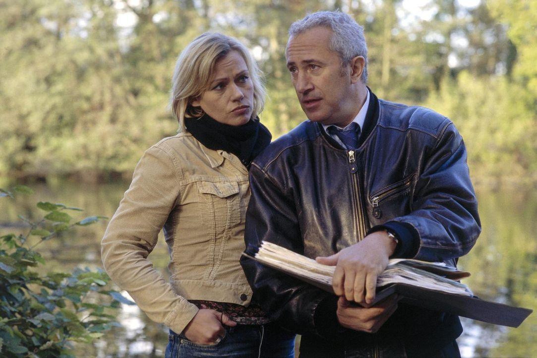 Mit Hilfe des ehemaligen Piloten Allwardt (Robert Giggenbach, r.) kommt Franziska (Jennifer Nitsch, l.) den Mördern ihres Bruders auf die Spur. - Bildquelle: Sat.1