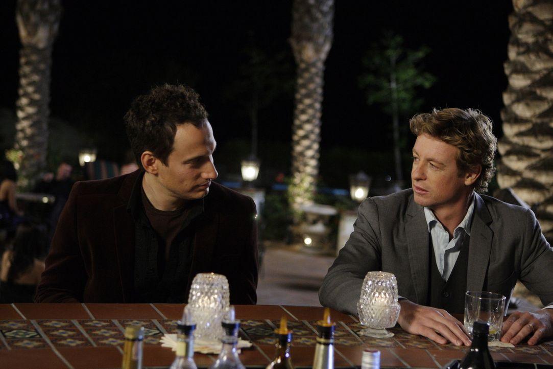 Bei seinen Ermittlungen stößt Patrick (Simon Baker, r.) auf Paul Fricke (Elon Gold, l.). Doch hat dieser wirklich etwas mit dem Mord an Claire Wol... - Bildquelle: Warner Bros. Television
