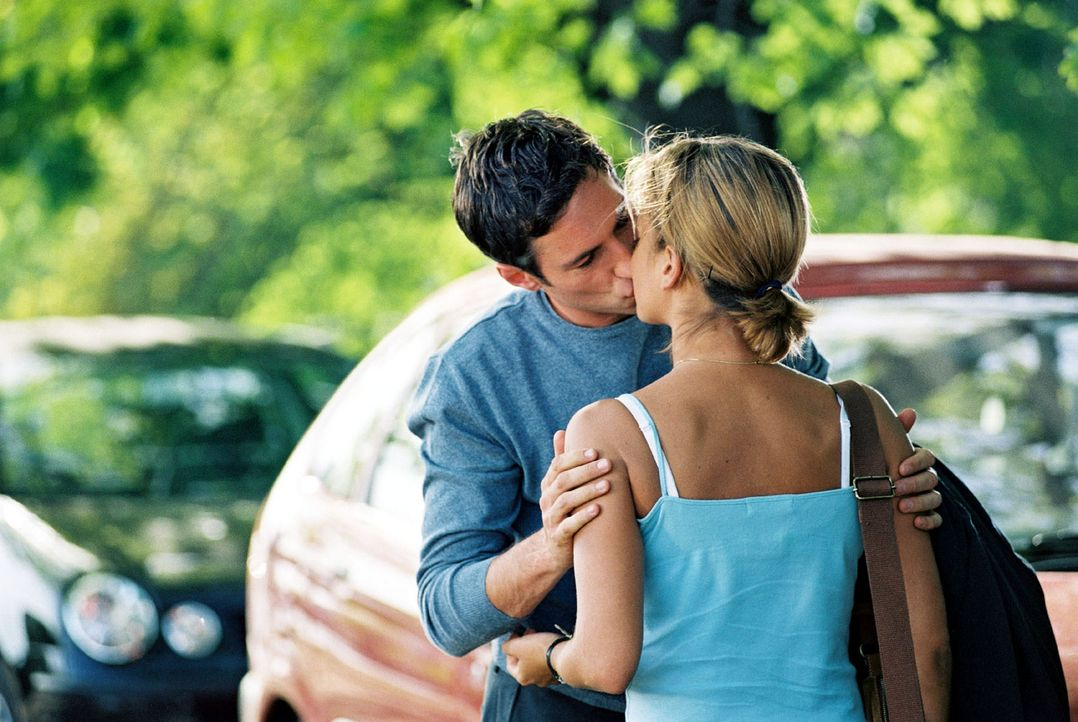 """Hannes (Benjamin Sadler, l.) """"testet"""" seine Gefühle für seine Braut Karen an der ahnungslosen Nina (Muriel Baumeister, r.). Ein Kuss mit Folgen ... - Bildquelle: Sat.1"""