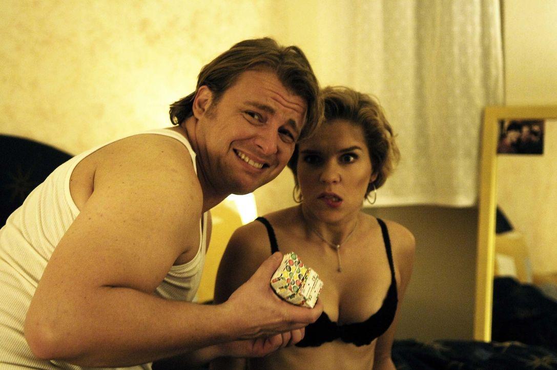Statt Lust gibt's Frust für die 29-jährige Jungfrau Vic (Anna Kubin mit Martin Klempnow) ... - Bildquelle: Gordon Mühle ProSieben