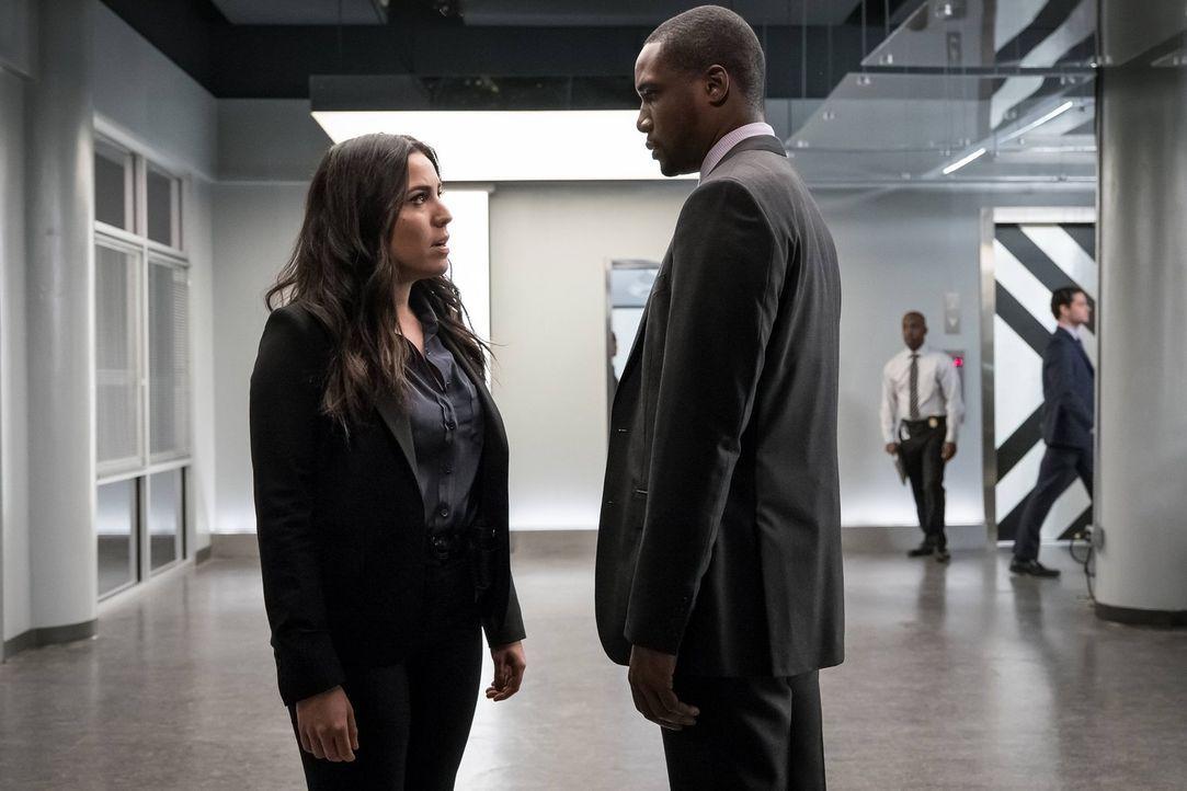 Als Reade (Rob Brown, r.) und Zapata (Audrey Esparza, l.) keine Nachrichten von Mayfair erhalten, werden sie stutzig. Gemeinsam machen sie sich dara... - Bildquelle: Warner Brothers