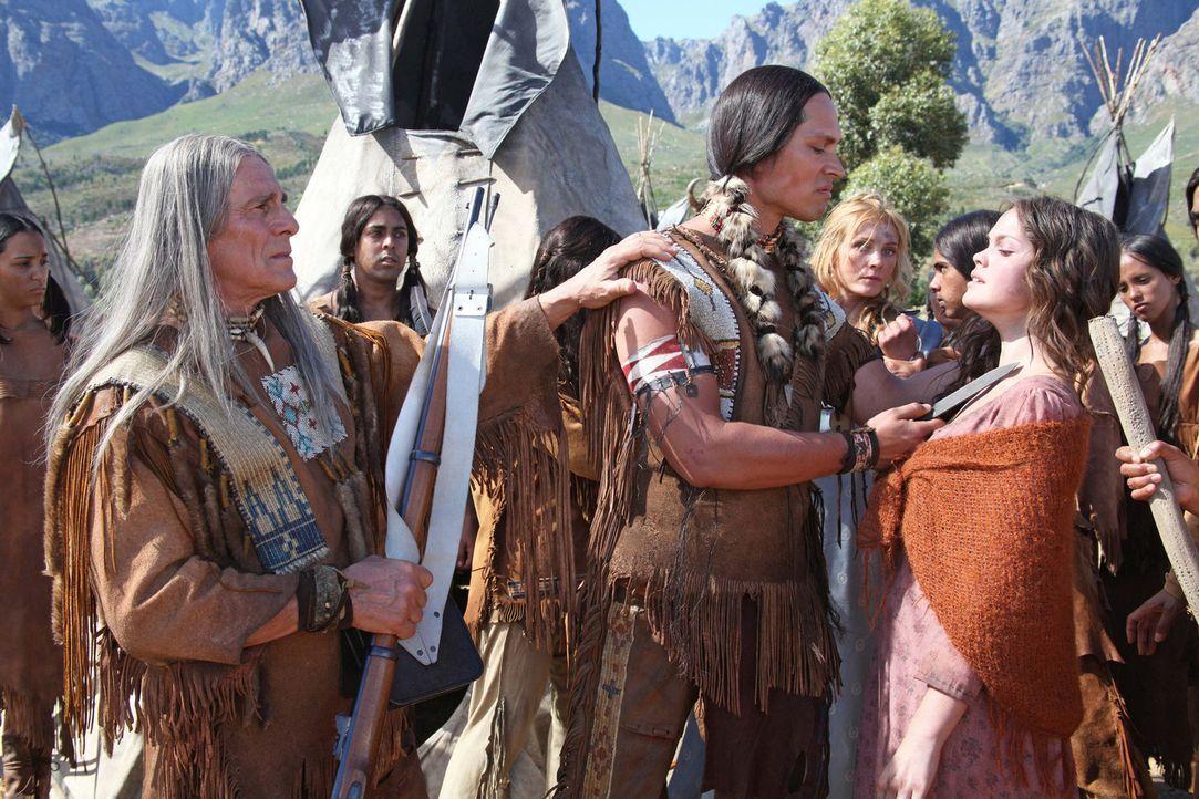 Viele tote Stammesbrüder haben das Herz von Buffalo Hump (Wesley French, M.) verhärtet. Nur sein besonnener Vater, der Komantschen-Häuptling Tahm... - Bildquelle: Boris Guderjahn SAT.1