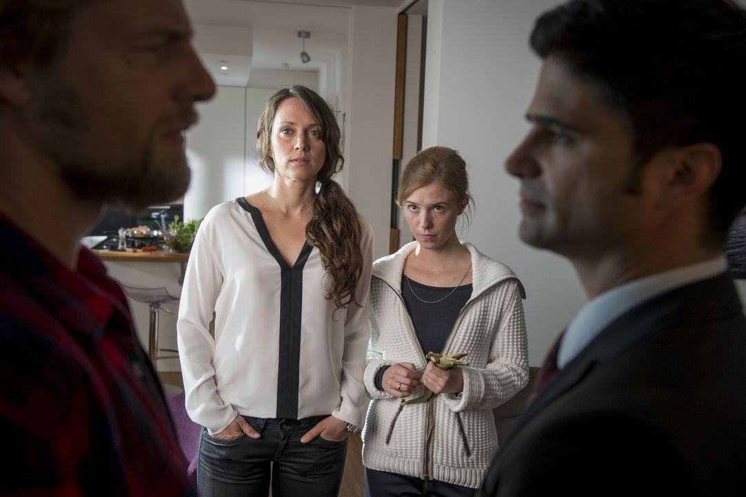 Was haben Susanne Richter (Nike Fuhrmann, 2.v.l.) und ihre Frau Ina (Doris Schefer, 2.v.r.) mit dem Ermordeten zu tun? Mick (Henning Baum, l.) und A... - Bildquelle: Martin Rottenkolber SAT. 1