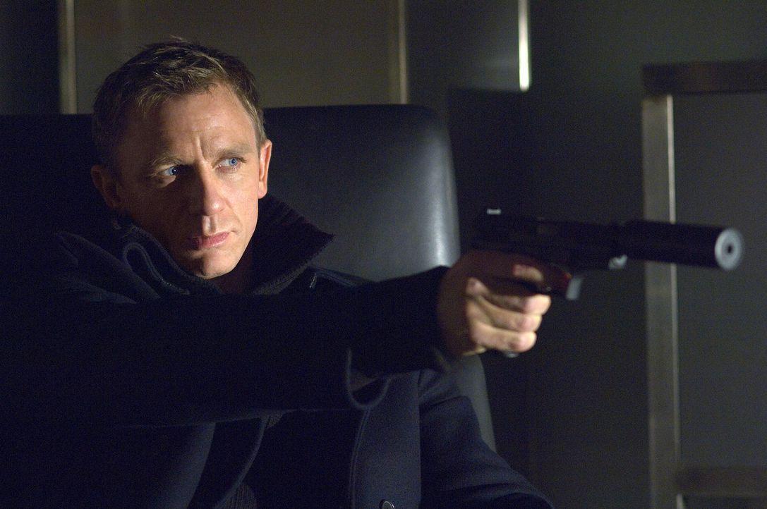 James Bond (Daniel Craig) führt einen ausgeklügelten Krieg gegen den brutalen Terror ... - Bildquelle: 2006 DANJAQ, LLC, UNITED ARTISTS CORPORATION AND COLUMBIA PICTURES INDUSTRIES, INC. ALL RIGHTS RESERVED.