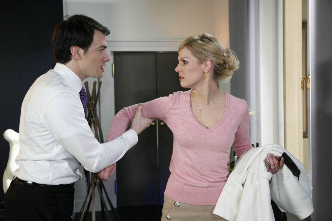Mark (Arne Stephan, l.) ist völlig irritiert von Alexandras (Ivonne Schönherr, r.) plötzlichem Eifersuchts-Anfall. Als Oliver ihm jedoch gesteht,... - Bildquelle: SAT.1