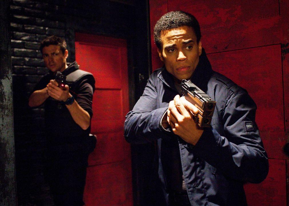 Können John (Karl Urban, l.) und Dorian (Michael Ealy, r.) die Täter aufhalten, bevor unschuldige junge Frauen sterben? - Bildquelle: Warner Bros. Television