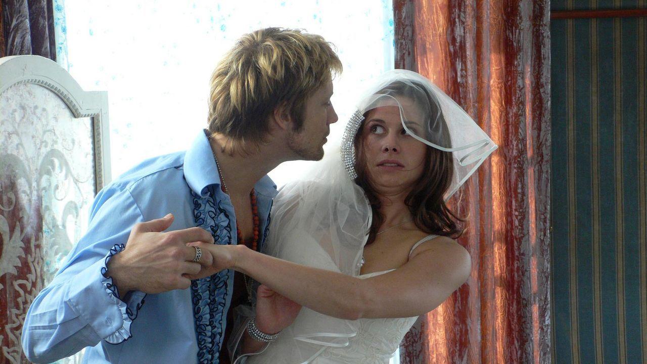 Noch ein paar Stunden bis zum Ja-Wort - was kann da noch schief gehen? Am Morgen ihrer Hochzeit findet Kim (Ellenie Salvo Gonzáles, l.) einen franz... - Bildquelle: ProSieben