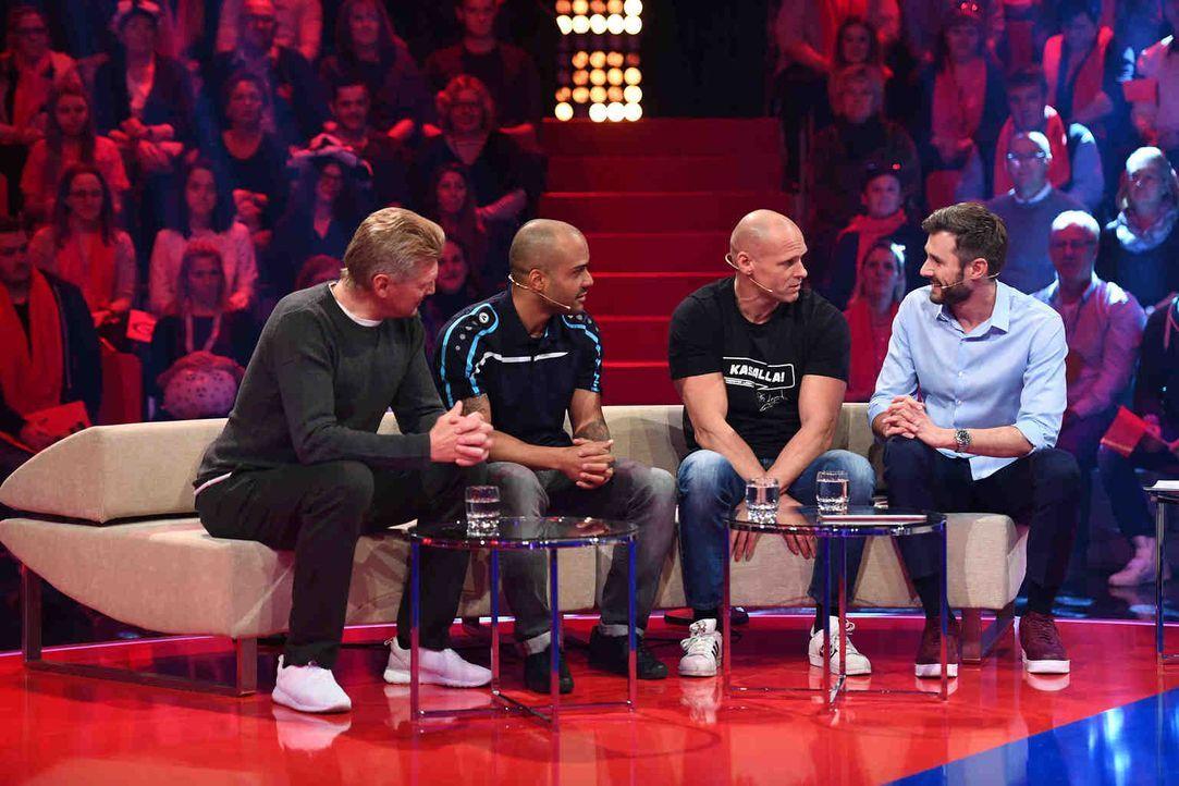 Die drei Fußball-Ikonen Stefan Effenberg (l.), David Odonkor (2.v.l.) und Thorsten Legat (2.v.r.) stellen in Jochen Schropps (r.) Promi-Arena ihr Kö... - Bildquelle: Willi Weber SAT.1