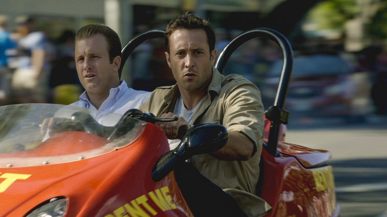 Wo Fat gelingt es, aus dem Gefängnis auszubrechen und nach Oahu zurückzukehren. Danny (Scott Caan, l.) und Steve (Alex O'Loughlin, r.) versuchen all... - Bildquelle: 2013 CBS Broadcasting Inc. All Rights Reserved
