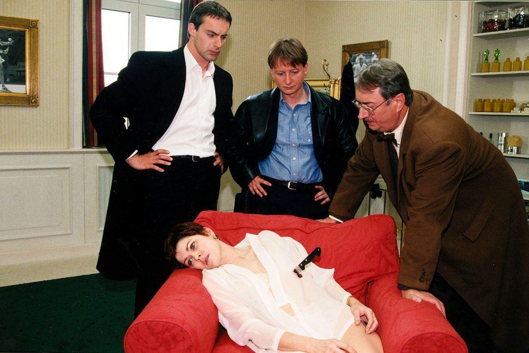 Gerichtsmediziner Dr. Graf (Gerhard Zemann, r.), Böck (Heinz Weixelbraun, M.) und Kommissar Brandtner (Gedeon Burkhard, l.) haben eine neue Leiche g... - Bildquelle: Ali Schafler Sat.1