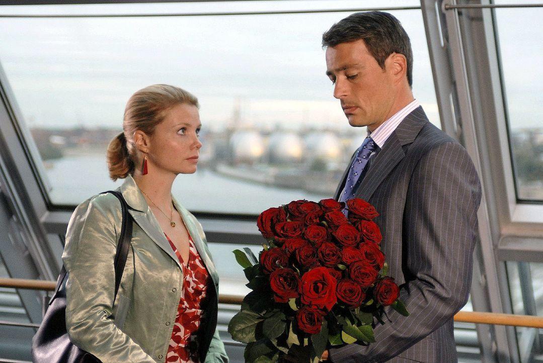 Lissy (Annette Frier, l.), die gerade vom Tod ihres Vaters erfahren hat, ist überrumpelt, als Tom (Jan Sosniok, r.) ihr einen Heiratsantrag macht. - Bildquelle: Sat.1