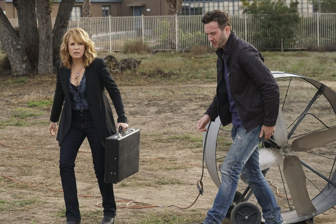 Während sich Toby (Eddie Kaye Thomas, r.) und das Scorpion Team um die Wasserversorgung von L.A. sorgen, braucht Veronica (Lea Thompson, l.) dringen... - Bildquelle: Monty Brinton 2016 CBS Broadcasting, Inc. All Rights Reserved.