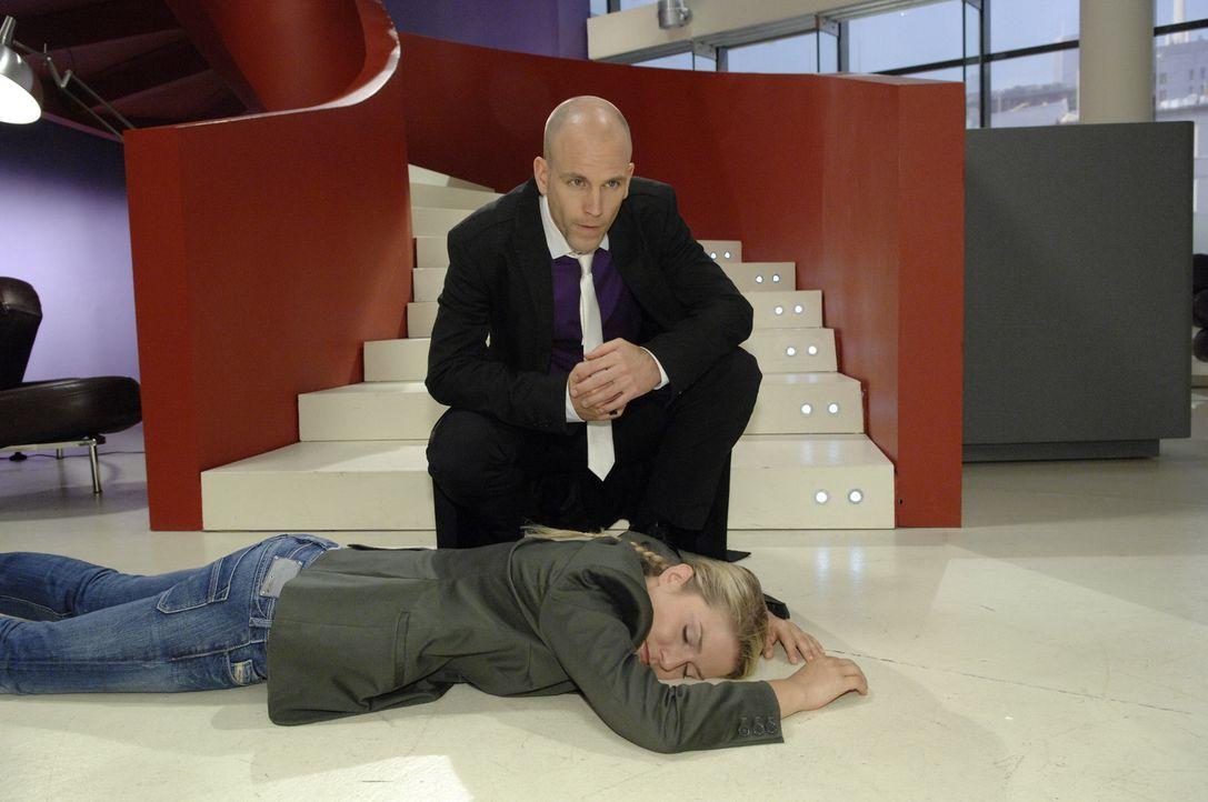 Gerrit (Lars Loellmann, l.) hat Anna (Jeanette Biedermann, liegend), die nun bewustlos ist, angegriffen ... - Bildquelle: Sat.1