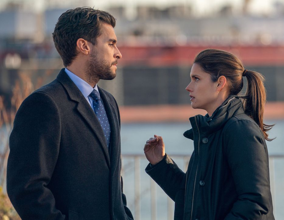 Nestor Vertiz (Josh Segarra, l.); Special Agent Maggie Bell (Missy Peregrym, r.) - Bildquelle: Michael Parmelee 2020 CBS Broadcasting Inc. All Rights Reserved. / Michael Parmelee