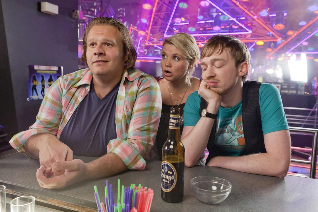 Auf gute Freunde ist Verlass: Bea, Nils (Oliver Fleischer, l.) und Hannes (Tino Mewes, r.) stehen Danni (Annette Frier, M.) bei einem neuen Fall zur... - Bildquelle: SAT.1