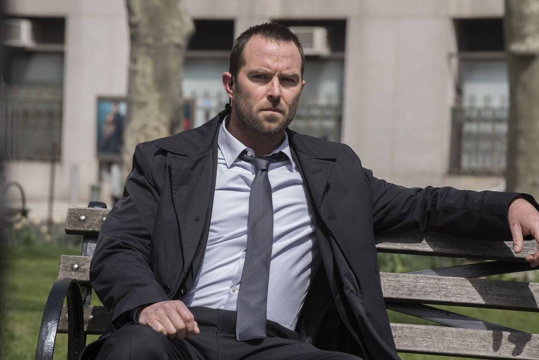 Am Sterbebett seines Vaters erfährt Kurt Weller (Sullivan Stapleton) eine niederschmetternde Neuigkeit ... - Bildquelle: Warner Brothers