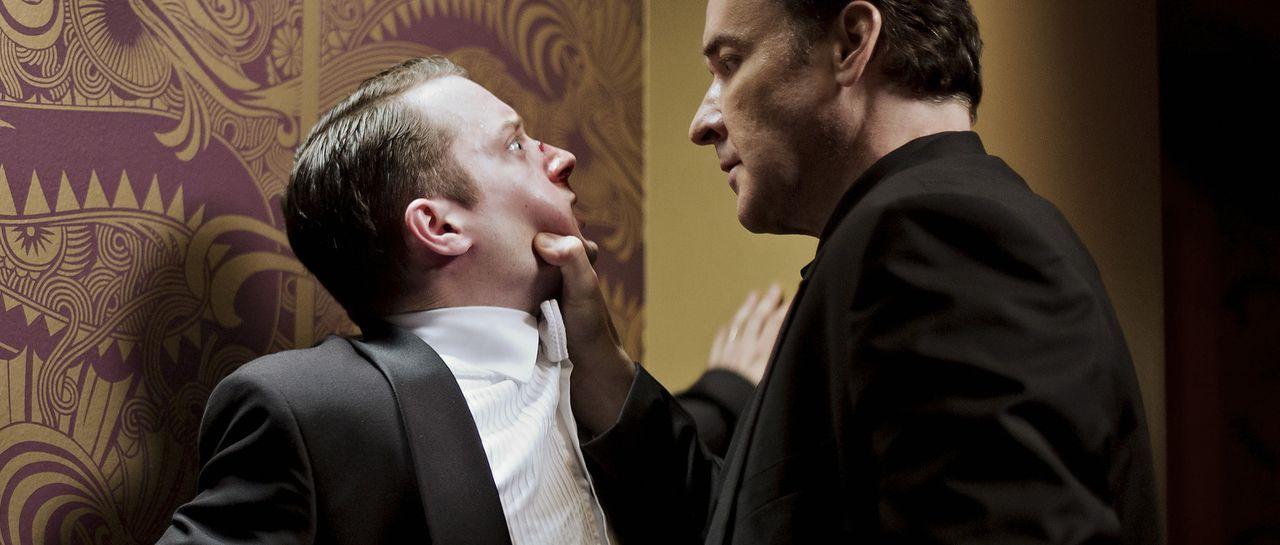 Wird Tom Selznick (Elijah Wood, l.) den Konzertsaal lebend verlassen können, oder wird Clem (John Cusack, r.) seine Drohung umsetzen und Tom und sei... - Bildquelle: Wild Bunch