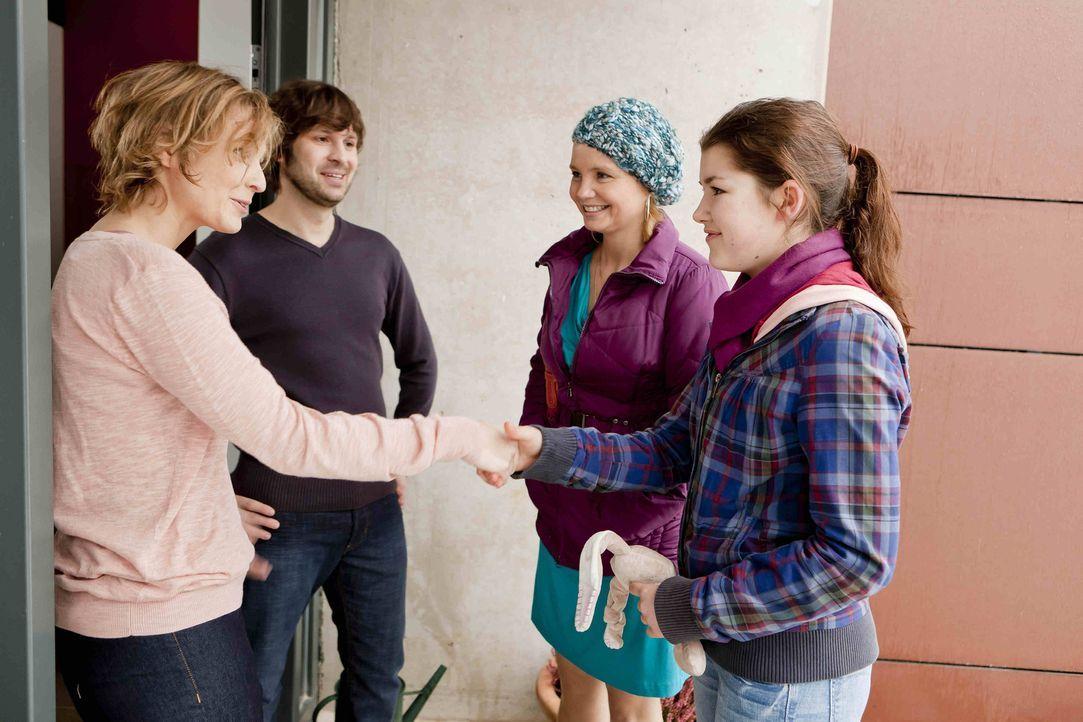 Während Kurt versucht, seinem neuen Freund Tom zu helfen, machen sich Danni (Annette Frier, 2.v.r.) und Stefanie (Emma Grimm, r.) auf zu Lilys Pfle... - Bildquelle: SAT.1