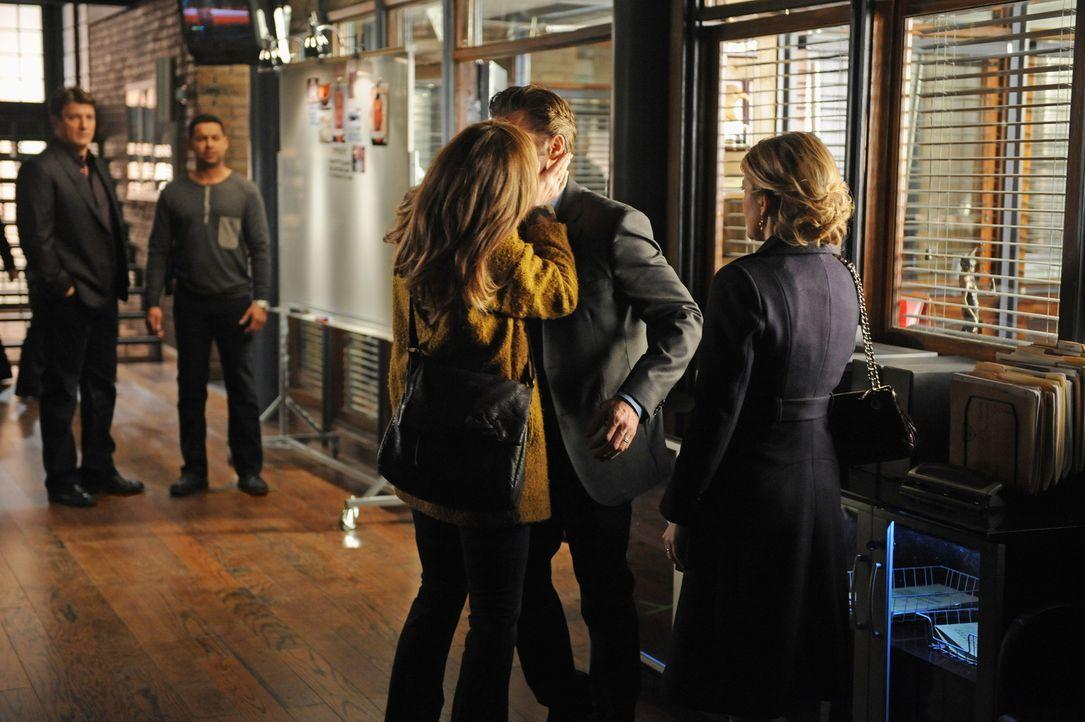 Wer ist die Frau (Cara Buono, M.) die Kevin Ryan (Seamus Dever, M.) so stürmisch küsst? Das fragen sich auch Castle (Nathan Fillion, l.), Esposito... - Bildquelle: ABC Studios