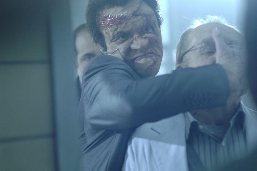"""Versucht alles, um den Punisher, der ihn fürchterlich entstellt hat, auszuschalten: Doch schon bald muss """"Jigsaw"""" Billy Russoti (Dominic West, l.) e... - Bildquelle: 2008 MHF Zweite Academy Film GmbH & Co. KG. All Rights Reserved."""