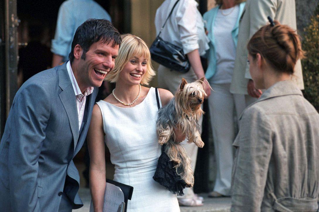 Jan (Tim Bergmann, l.) stellt der verstörten Paula (Suzan Anbeh, r.) seine versnobte Braut Yvette (Vera Baranyai, M.) vor. - Bildquelle: Sat.1