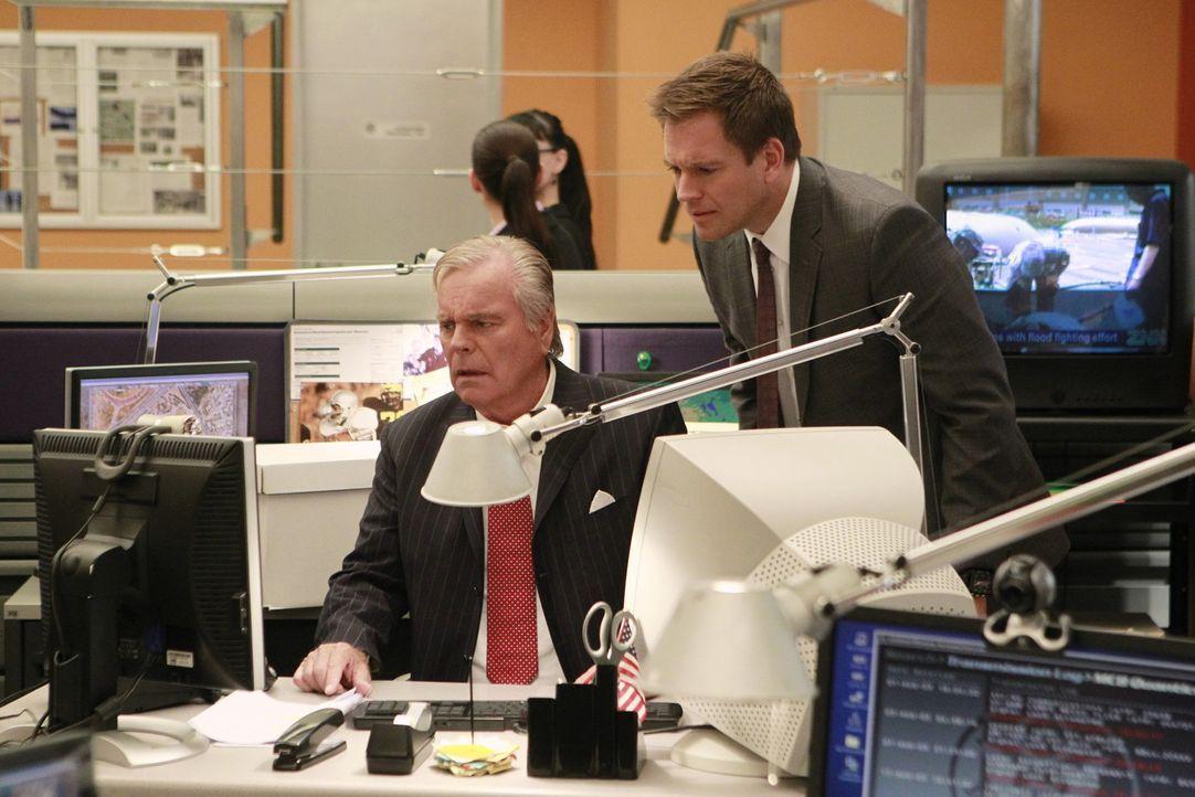 Tonys (Michael Weatherly, r.) Vater (Robert Wagner, l.) wird mit einer Leiche im Kofferraum aufgefunden. Da er keine Erinnerungen an die vorangegang... - Bildquelle: CBS Television