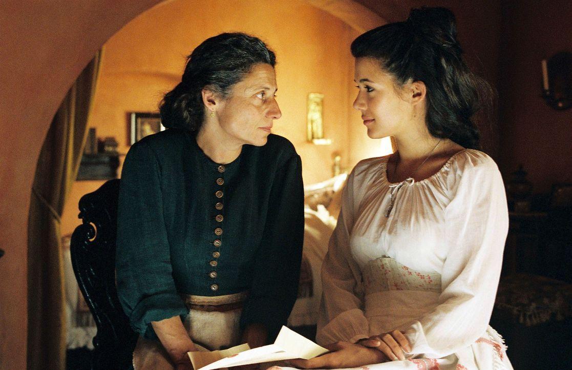 Während Sophia (Mélanie Doutey, r.) in Athen bei ihrer Mutter (Adriana Altaras, l.) und dem kranken Demetrios weilt, erhält sie einen Brief von S... - Bildquelle: Stephan Rabold Sat.1