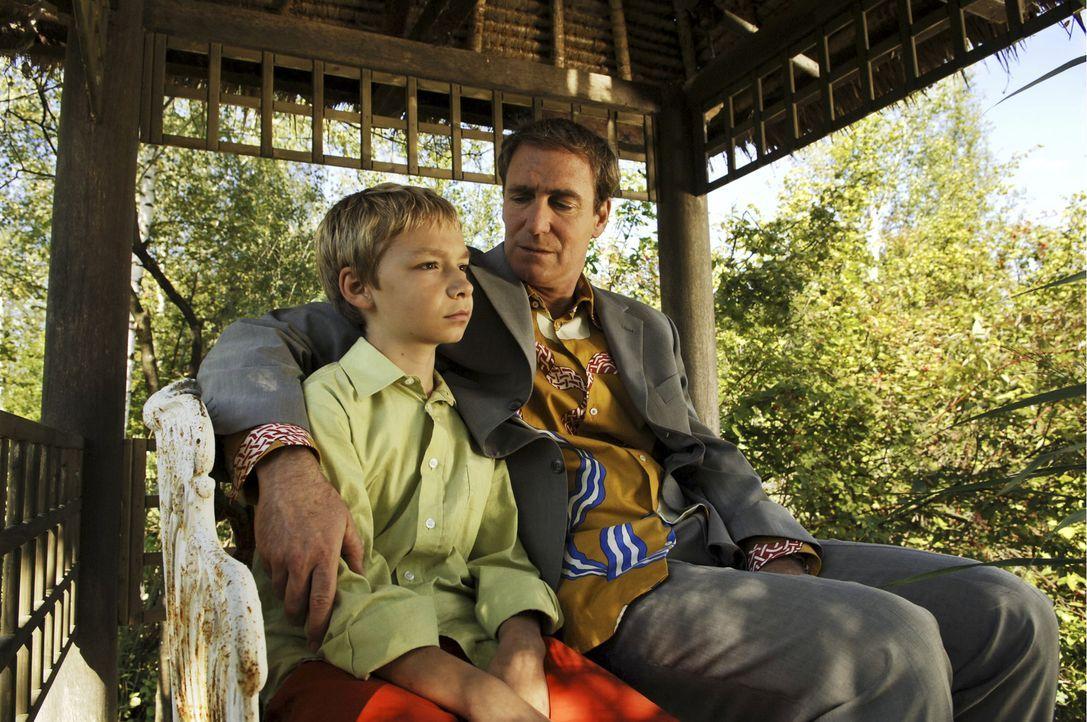 Der 12-jährige Max (Manuel Steitz, l.) wünscht sich sehnlich einen Freund. Daher ist er überglücklich, als sein Vater (August Zirner, r.) ihm er... - Bildquelle: Constantin Film Verleih GmbH