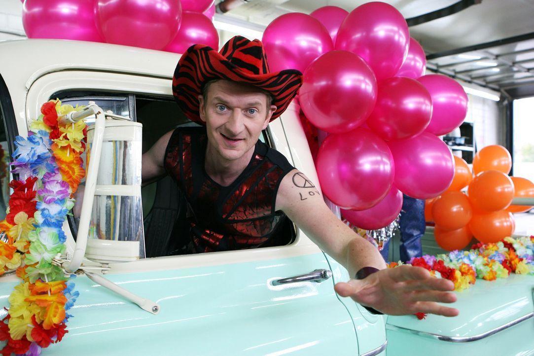 Er (Michael Kessler) lässt die große Party steigen. Aber dies ist eins von zehn Fahrzeugen, mit denen man garantiert nicht beim TÜV vorfahren sol... - Bildquelle: Sat.1