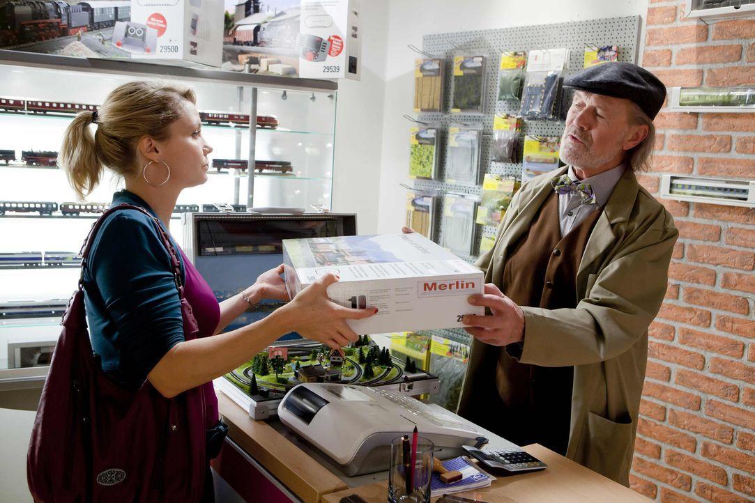 Der Besitzer des Modelleisenbahnladens, Alfred Grindel (Heinrich Gieskes, r.), macht Danni (Annette Frier, l.) und ihren Freunden Ärger und meldet... - Bildquelle: SAT.1