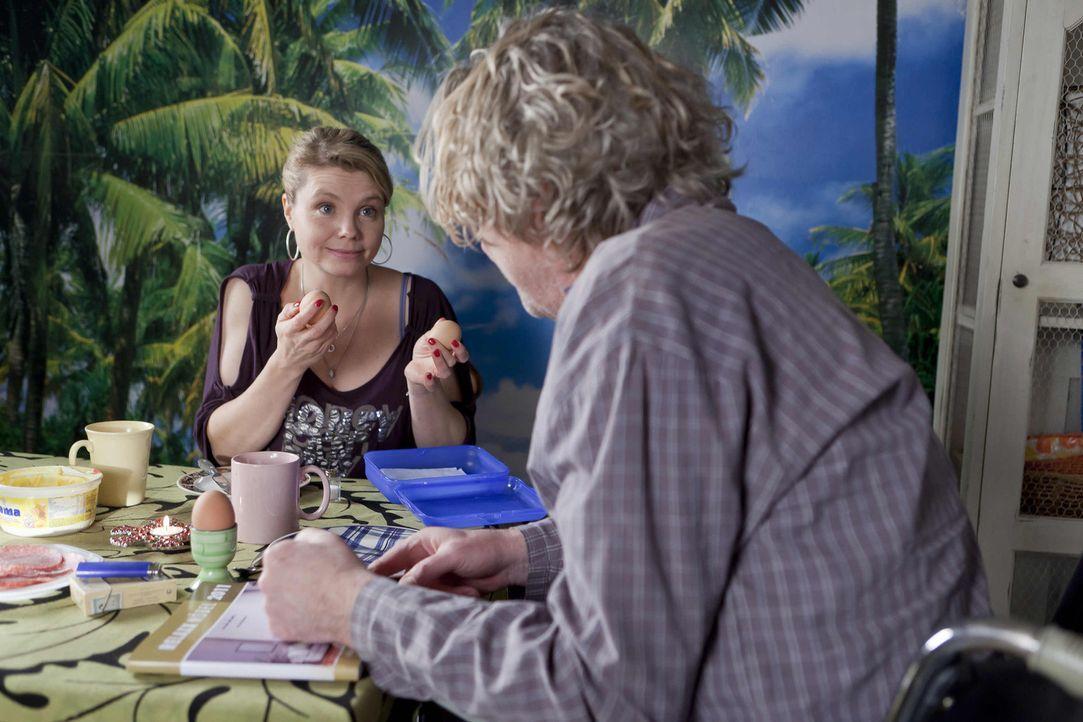 Während Danni (Annette Frier, l.) einen neuen Fall annimmt, träumt Kurt (Axel Siefer, r.) von einem neuen Fernsehsessel ... - Bildquelle: SAT.1
