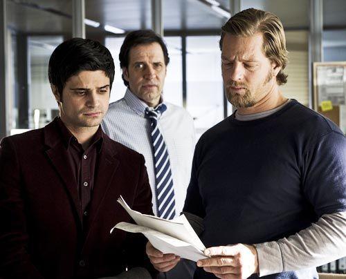 Mick (Henning Baum, r.) und Andi (Maximilian Grill) entdecken, dass auch ihr Boss Martin Ferchert (Helmfried von Lüttichau) Kunde der Seitensprung-... - Bildquelle: Martin Rottenkolber - Sat1