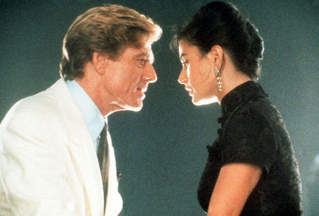 Zuerst kann der reiche John Gage (Robert Redford, l.) die verheiratete Diana Murphy (Demi Moore, r.) nur mit seinem Geld verführen. Doch allmählic... - Bildquelle: Paramount Pictures