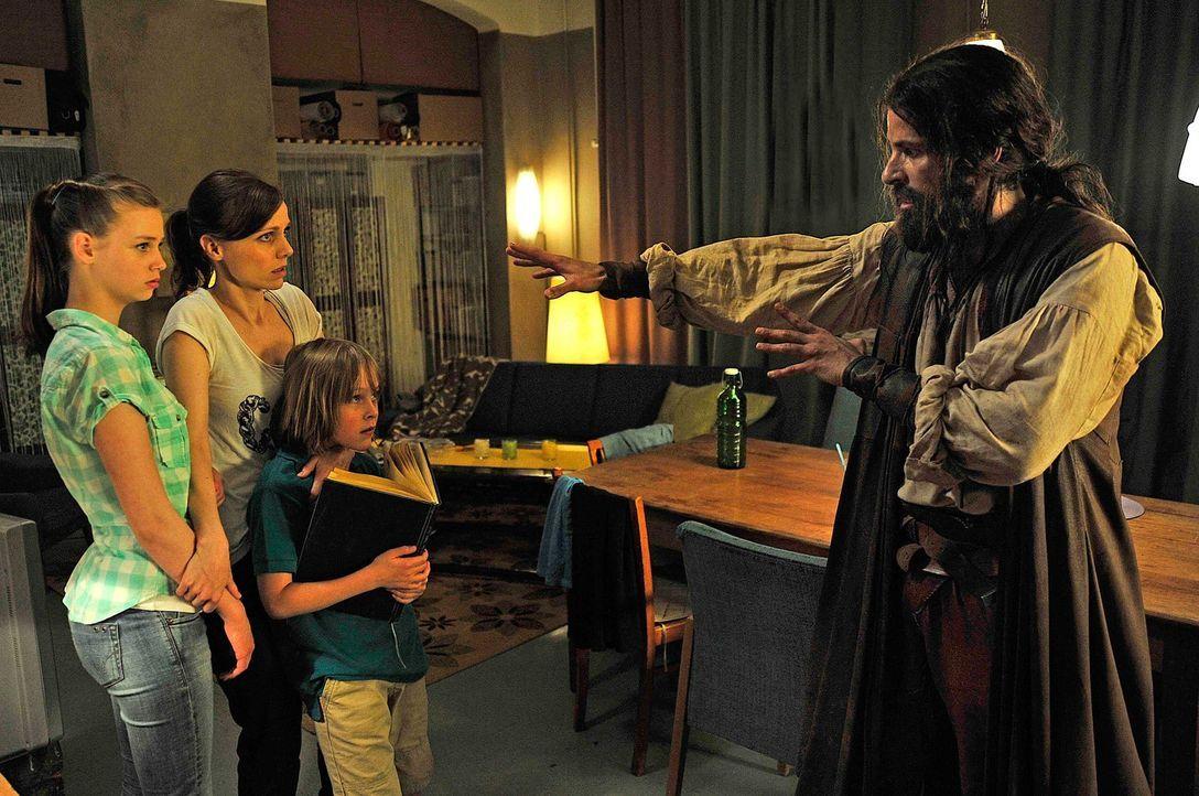 Als die verzweifelte Marion (Nadja Becker, 2.v.l.) ihre Tirade gegen den Robin Hood (Pasquale Aleardi, r.) aus dem Lieblingsbuch ihres neunjährigen... - Bildquelle: Oliver Feist SAt.1