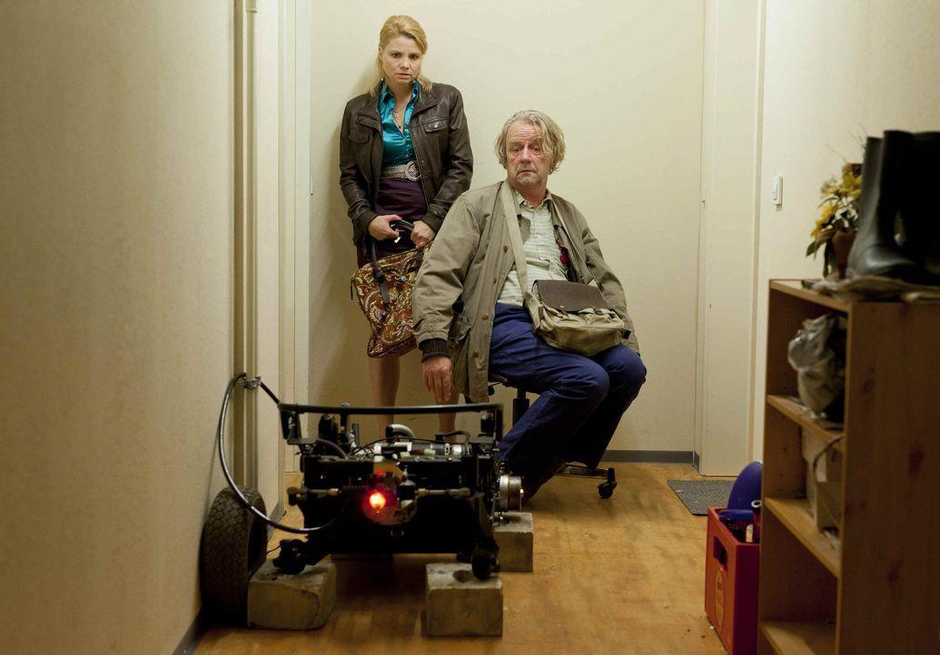 Während Danni (Annette Frier, l.) mit ihren neuen Klienten beschäftigt ist, erwirbt Kurt (Axel Siefer, r.) seinen elektrischen Traum-Luxusrollstuh... - Bildquelle: SAT.1