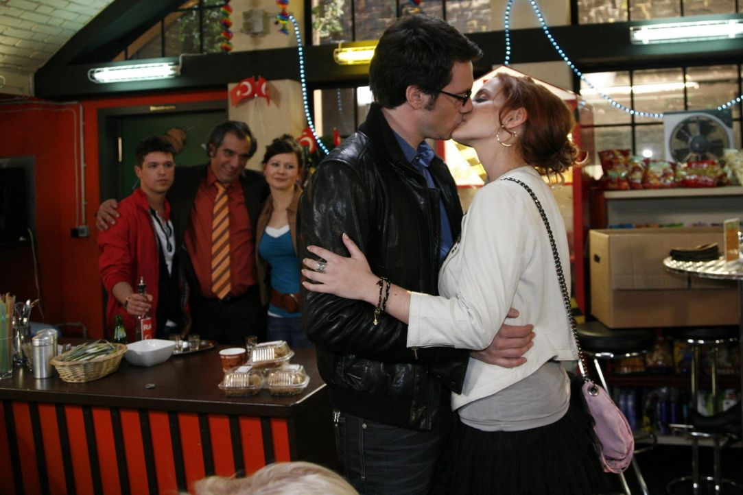 Mark (Arne Stephan, vorne l.) erkennt, dass er es aus Liebe zu Manu (Marie Zielcke, vorne r.) doch mit Neukölln versuchen möchte .... - Bildquelle: SAT.1