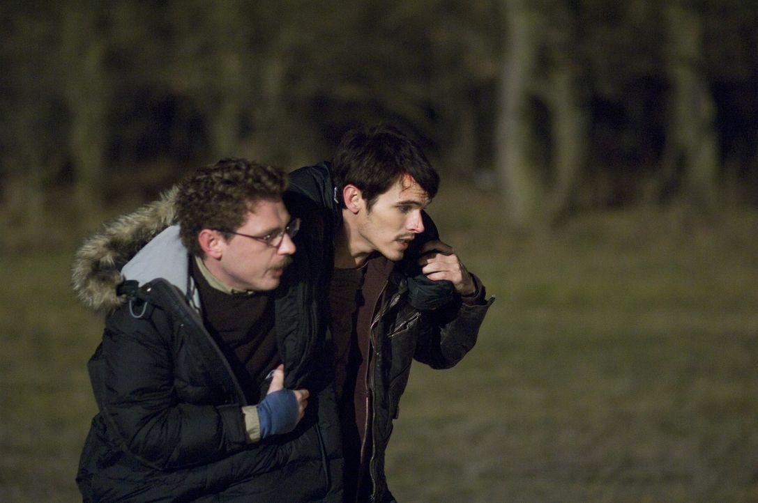 Noch glaubt Rob (Tad Hilgenbrinck, r.), einen Helfer (Keir O'Donnell, l.) gefunden zu haben. Erst zu spät erkennt er, dass dem so nicht ist ... - Bildquelle: 2009 Warner Bros.