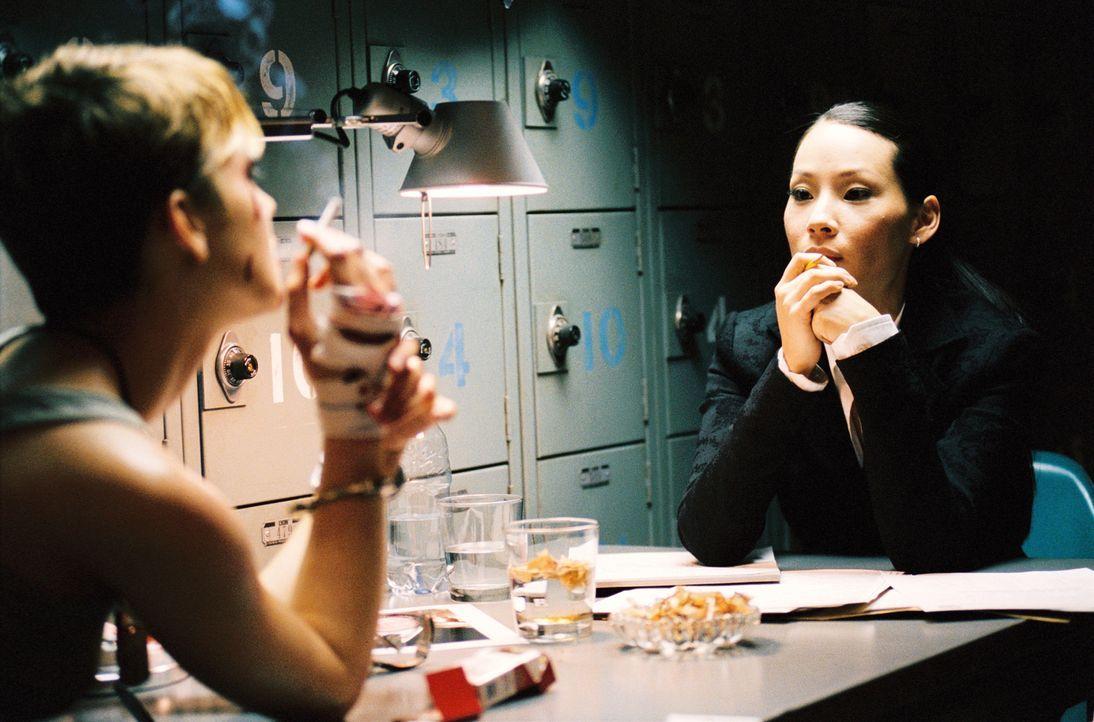Domino (Keira Knightley, l.) wird von der FBI-Agentin Taryn Mills (Lucy Liu, r.) nach ihrem Leben befragt. Schon bald wird klar, dass das Exmodel ei... - Bildquelle: Constantin Film