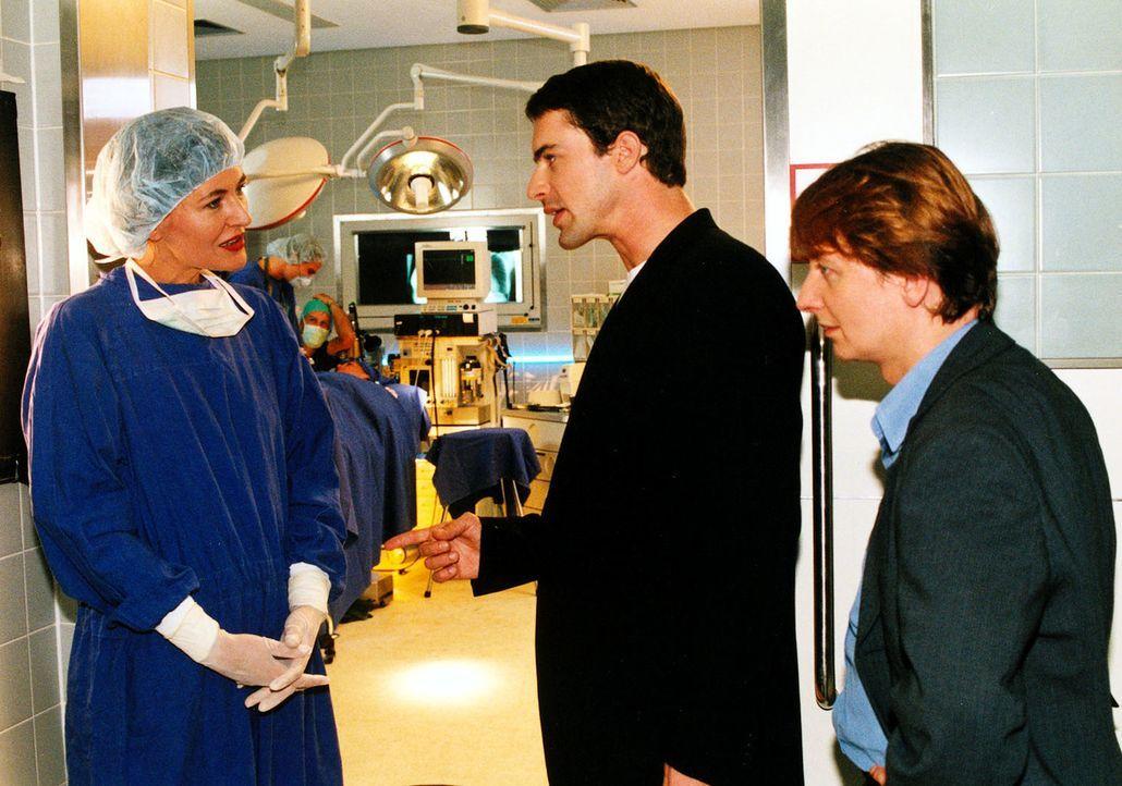 Kommissar Brandtner (Gedeon Burkhard, M.) und Christian Böck (Heinz Weixelbraun, r.) befragen Sybilles Arbeitgeberin, die Schönheitschirurgin Dr. Fl... - Bildquelle: Ali Schafler Sat.1