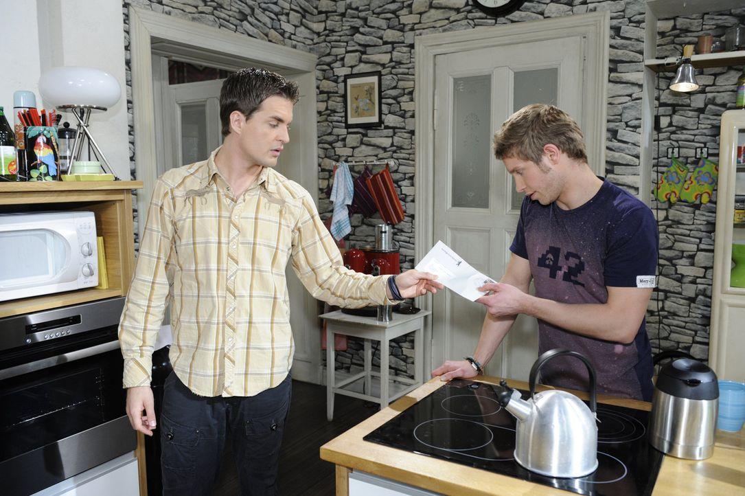 Lars (Alexander Klaws, l.) übergibt Jojo (Bernhard Bozian, r.) einen Brief, der sich als sehr böse herausstellt ... - Bildquelle: SAT.1